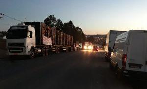 Grevistas mantém bloqueio da SP-264 em Pilar do Sul (Crédito: Sérgio Santos)