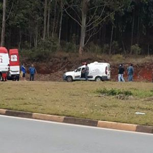 Homem morre e outro fica ferido após carro bater em barranco