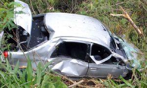 Casal idoso fica ferido em capotamento de veículo na SP-264