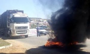 Caminhoneiros aderem à greve e interditam rodovia em Pilar do Sul (Crédito: Sérgio Santos)