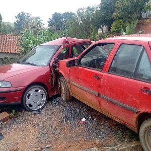 Carro desgovernado bate em outro veículo e em padrão de energia e de água (Crédito: Divulgação)