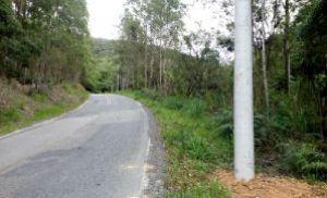 Cidadão denuncia colocação irregular de postes na estrada para Tapiraí (Crédito: Divulgação)