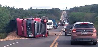Motorista morre em acidente envolvendo carro e caminhão