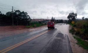Água da chuva se acumula em trecho da SPV-093