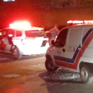 Motociclistas ficam feridos em acidente perto do Correios