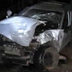 Motorista fica gravemente ferido ao bater camionete em árvore