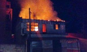 Residência é consumida em incêndio na Santa Cecília