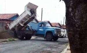 Caminhão da Prefeitura é flagrado entregando material em residência