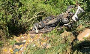 Caminhão de Pilar do Sul cai em ribanceira na rodovia de Guapiara
