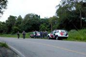 Ladrões assaltam posto de combustíveis, roubam carro de cliente, trocam tiros com a polícia e fogem
