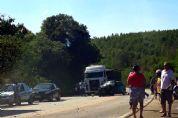 Motorista fica gravemente ferido em acidente entre carro e caminhão na SP-264