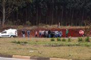 Homem morre e outro fica ferido após carro bater em barranco na SP-250