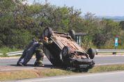 Casal sai ileso de capotamento de veículo na SP-264