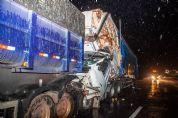 Carreta bitrem de Pilar do Sul, carregada de soja, se envolve em acidente na SP-225