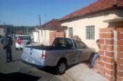 VW Saveiro invade muro de residência após acidente no centro