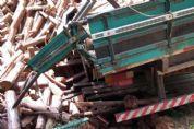 Ponte cede e encalha caminhão carregado de madeira no Turvinho