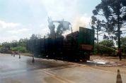 Caminhão tritrem carregado de madeira pega fogo na SP-250