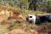 Motorista sai ileso de capotamento de caminhão na SP-250