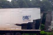 """Caminhões se chocam na """"ponte estreita"""" do rio Pinhal"""