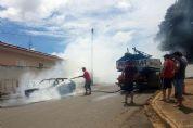 Veículo VW Gol pega fogo no Jardim Marajoara