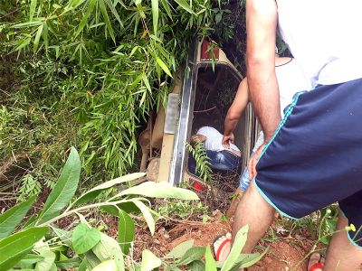 Criança de 8 anos fica ferida em capotamento de veículo na SP-250