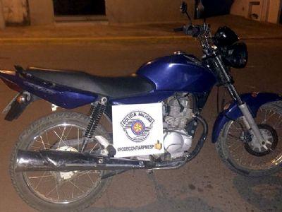 PM prende ladrão, apreende droga e recupera motocicleta roubada