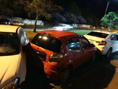 Carreta provoca acidente e danifica três carros na avenida Pe. Benedito Mariano
