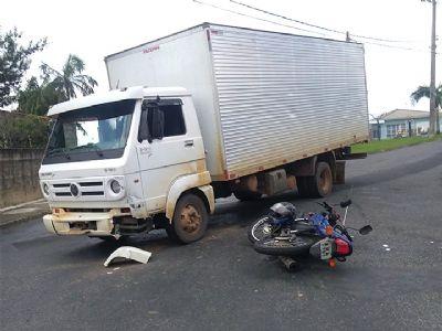 Motociclista fica ferido em acidente com caminhão no Jardim Campestre I
