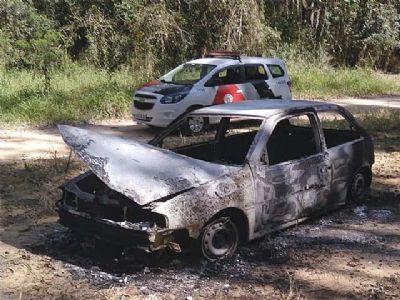 VW Gol que pode ter sido usado em tentativa de chacina é encontrado incendiado em mata