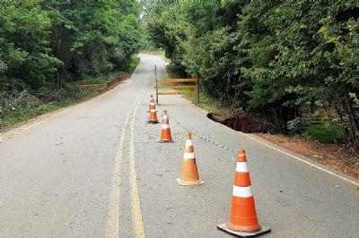 Por causa de cratera, estrada Pilar à Tapiraí é parcialmente interditada