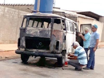 VW Kombi pega fogo no bairro Campo Grande