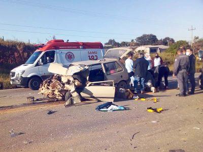 Casal fica ferido em colisão frontal entre ônibus e carro na SP-264