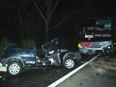 Mulheres morrem e homem fica ferido em colisão frontal entre ônibus e carro na SP-264