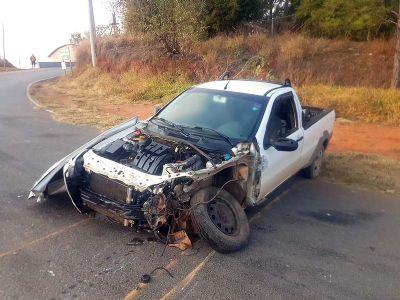Caminhão tomba após se chocar com pick-up no trevo do Pombal