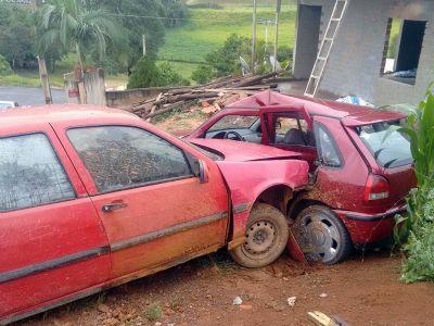 Carro desgovernado bate em outro, em padrão de energia e em cavalete d'água