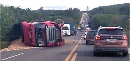 Motorista morre em grave acidente entre carro e caminhão na SP-264