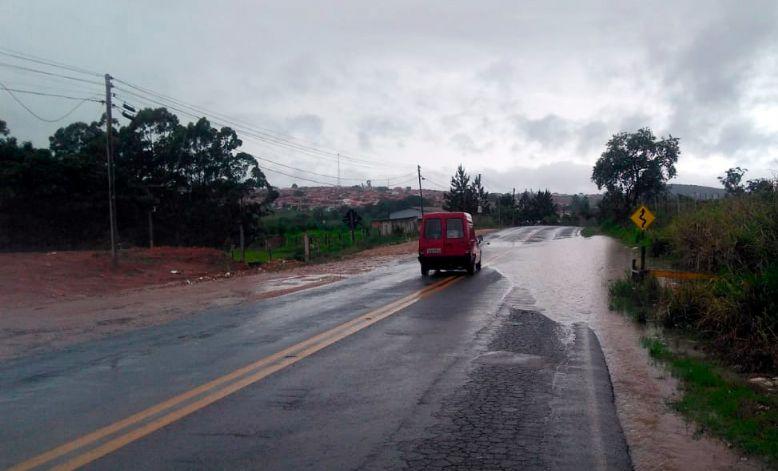 Perigo! Água da chuva se acumula em trecho da SPV-093