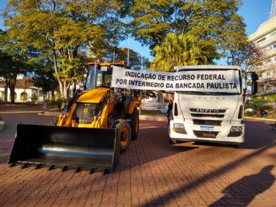 Pilar do Sul recebe caminhão e retroescavadeira para o Programa Patrulha Agrícola