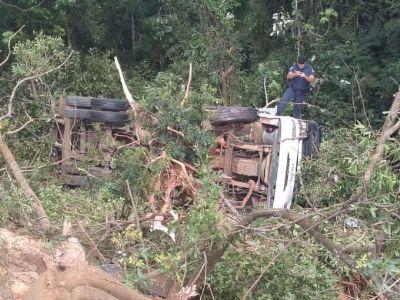 Motorista e ajudante ficam feridos em capotamento de caminhão na SP-264
