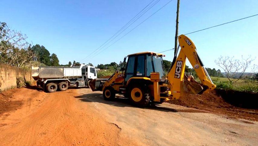 Prefeitura recapeia estrada vicinal do Pinhalzinho à Meia Légua