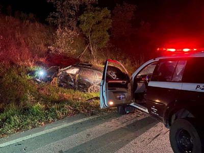 Homem morre e outro fica ferido em capotamento de veículo na SP-264