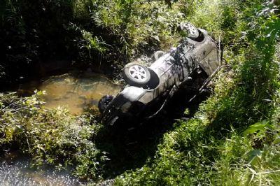 Carro cai em córrego e motorista e duas crianças ficam feridas