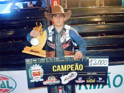 Fernandinho é campeão de Festa do Peão no Paraná