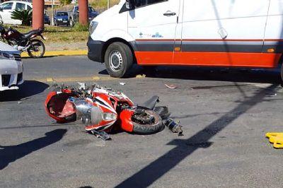 Motociclista fica ferido em colisão com carro no semáforo da Kinkiti