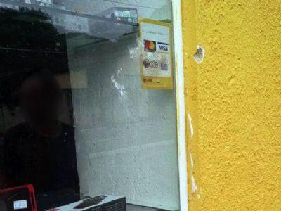Ladrão tenta quebrar vidraça para furtar loja no Campo Grande