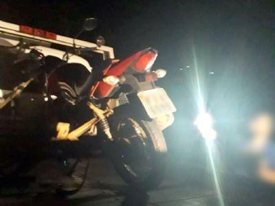 Jovem sem CNH é preso após empinar motocicleta em frente a policiais e fugir
