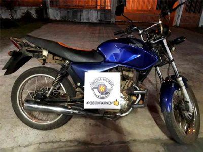 PM recupera motocicleta furtada e prende acusados de receptação