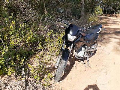 Motocicleta é encontrada abandonada em estrada rural