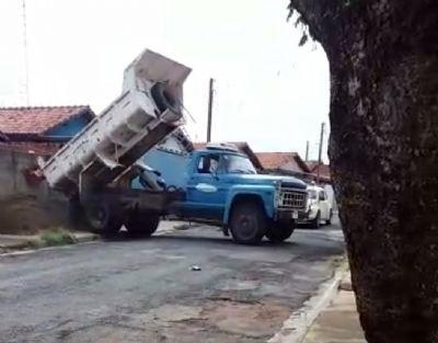 Caminhão da Prefeitura é flagrado entregando pedra e areia no Jardim Pinheiro