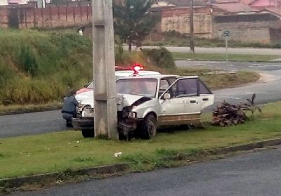 Motorista bate em poste e abandona carro na Adolfo de Góes